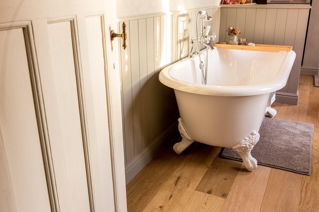 Klein vrijstaand bad kleine badkamer met bad en wc eigentijdse