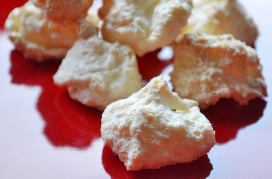 Kokosmakrönli sind ein traditionelles Weihnachtsgebäck. Sie werden von dem einfachen Rezept begeistert sein.