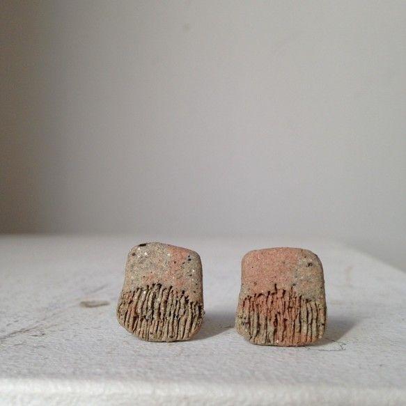 微生物イヤリング A こちらのイヤリングは、グレー御影土と赤土という陶土を使用して制作しています。『微生物」をイメージしており、動きのある細かいひだが特徴で、...|ハンドメイド、手作り、手仕事品の通販・販売・購入ならCreema。