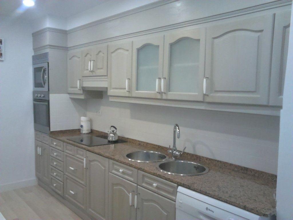 Esta cocina antes de madera oscura y frontal con azulejos for Cocinas con parquet