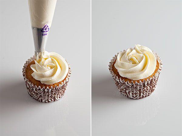 como cubrir un cupcake con manga http://marialunarillos.com/2013/09/como-cubrir-un-cupcake-de-crema-con-manga-pastelera.html