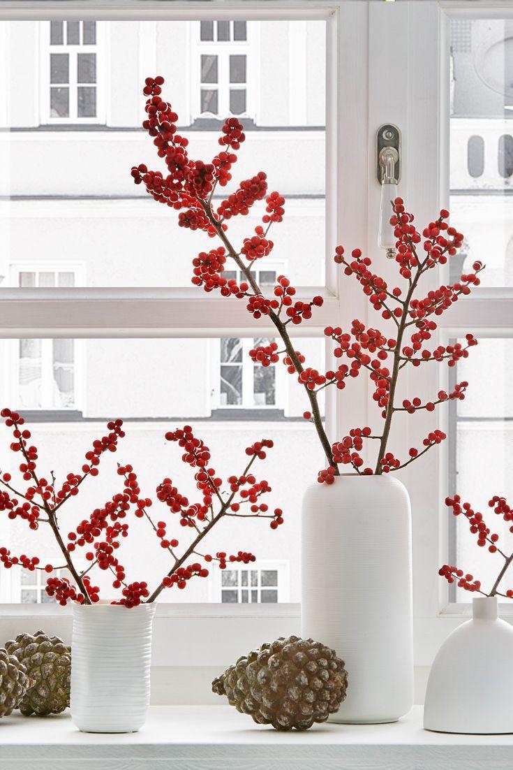 Sterben skandinavische Weihnachtsdeko mit Ilex-Zweigen ist etwas ganz Besonderes. Di…