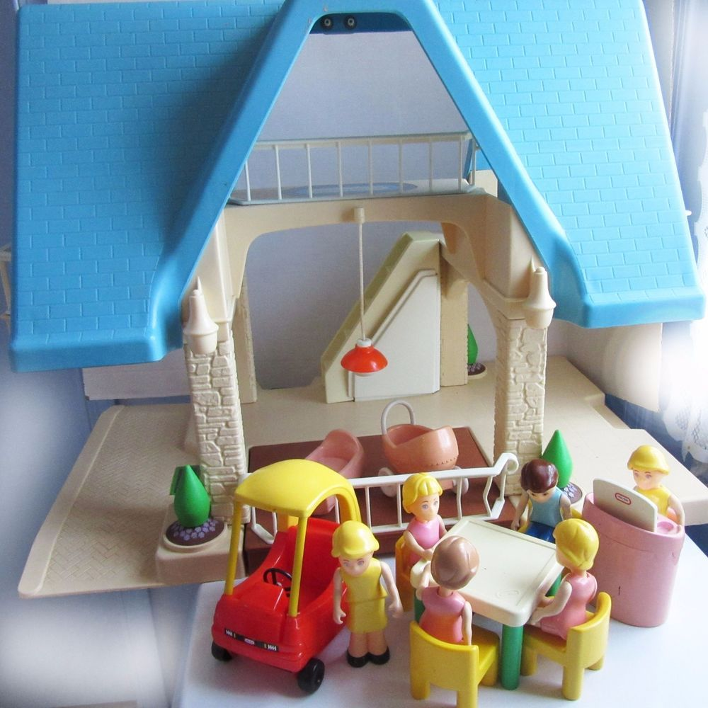 Lillte Tikes Dollhouse with Dolls and Furniture Blue Roof