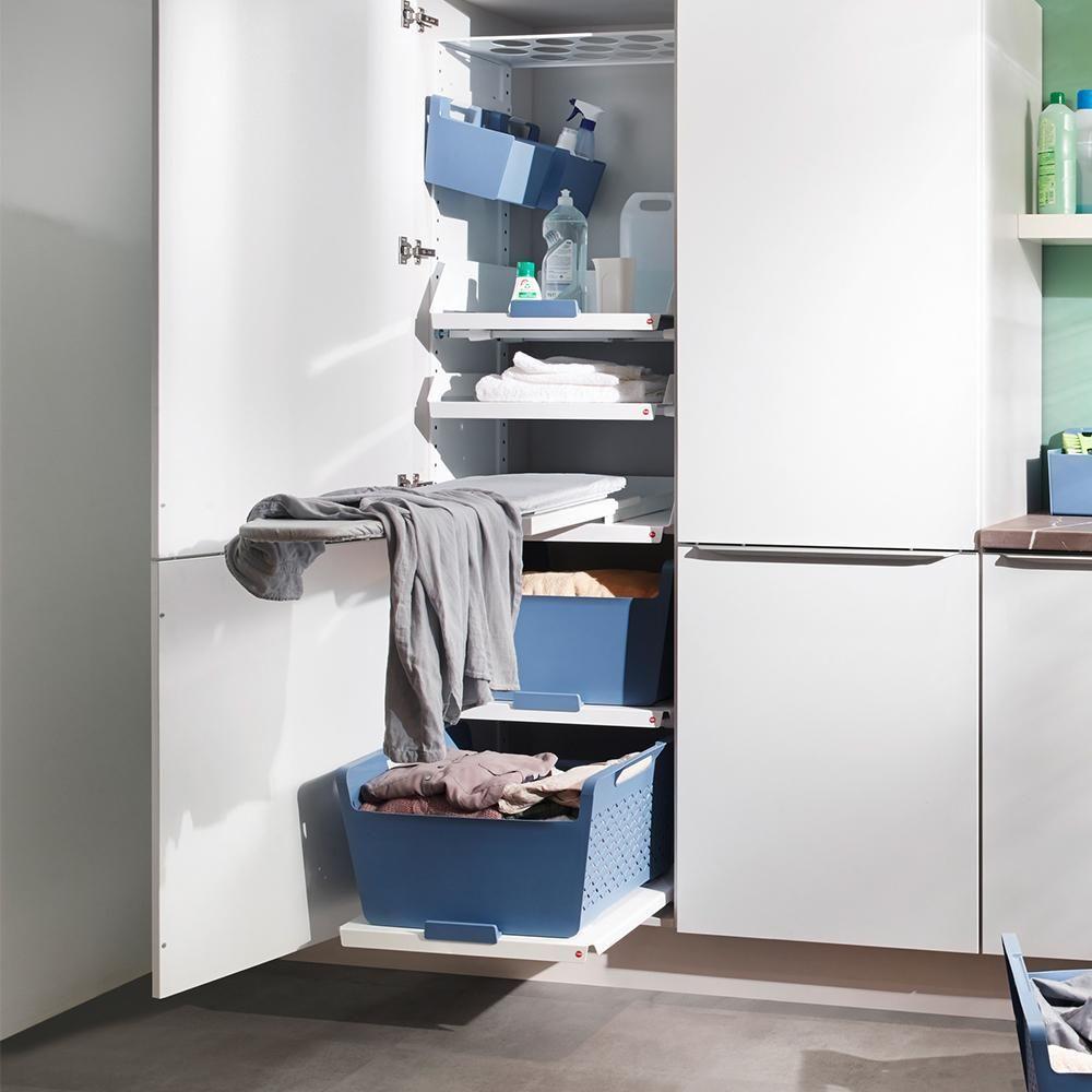 Praktischer Stauraum mit Bügelbrett in der Laundry A