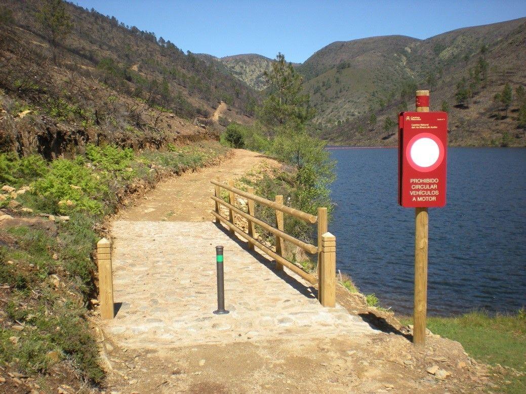 Amplían las obras de rehabilitación del Camino Natural del río Rivera de Acebo (Cáceres)