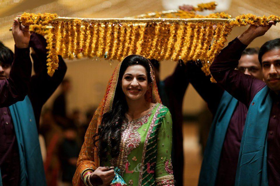 Mehndi Dupatta Decoration : Love the flower dupatta! pakistani mehndi brides pinterest