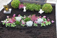 Blumen kombiniert mit langblättrigen Gräsern, kleine Deko-Figuren und die Kerze, die dem Verstorbenen das Licht weisen soll, können sehr gut nebeneinander gebracht werden.(#01) #friedhofsblumen