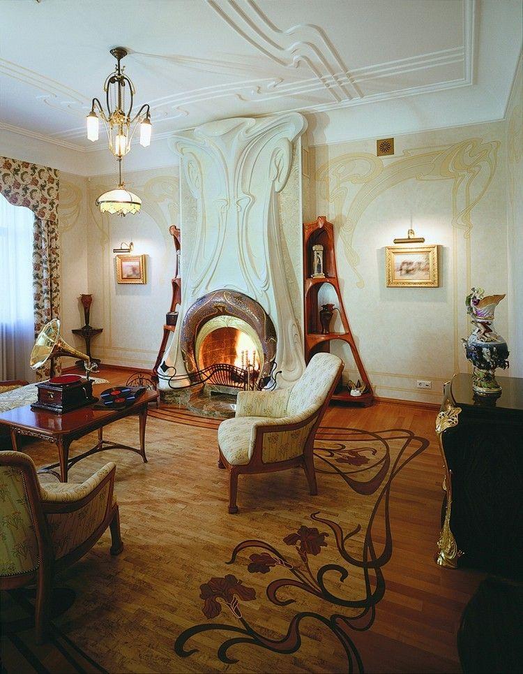 großer Kamin im Wohnzimmer mit kunstvollem Art Nuveau Design