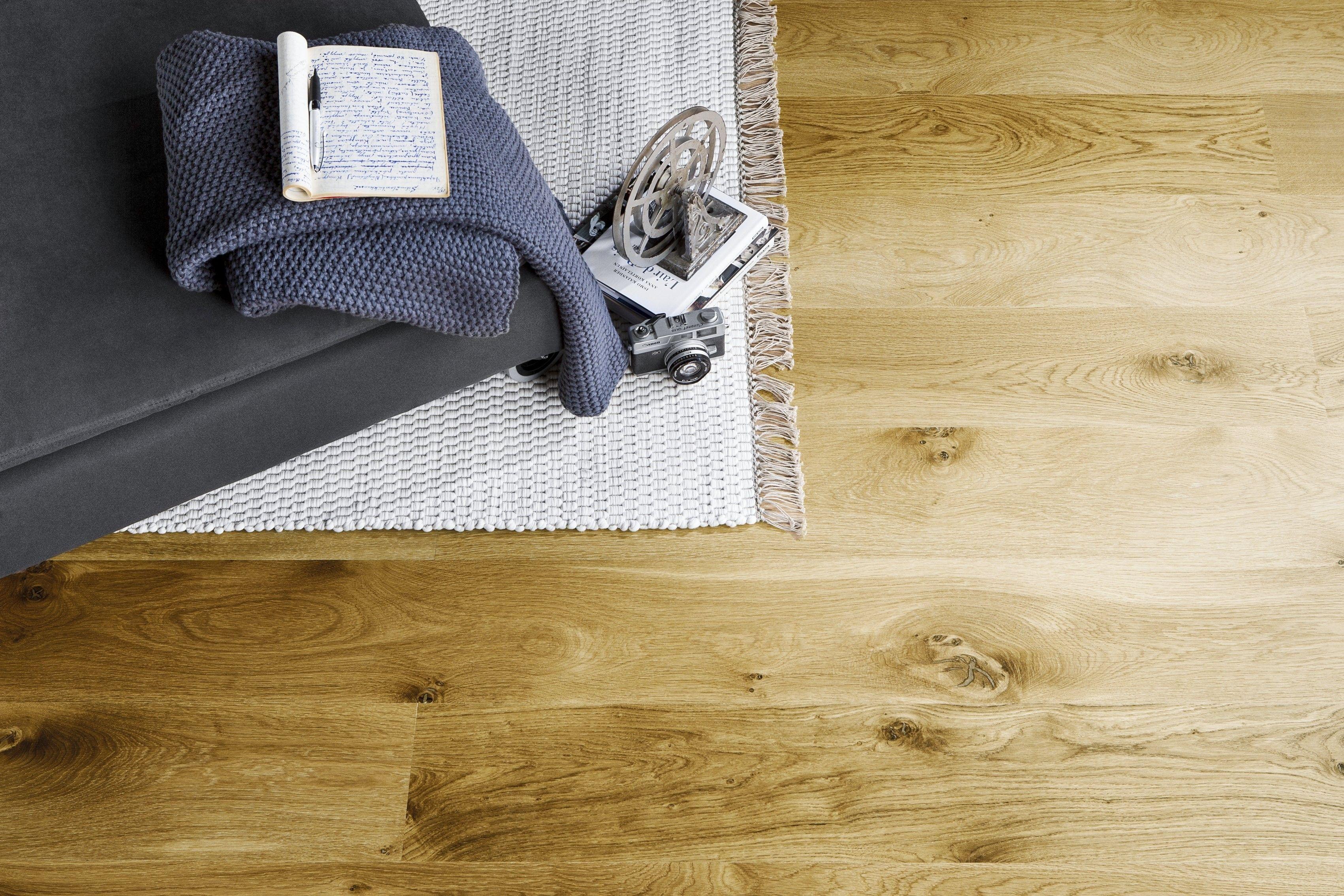 Klassikkona tunnettu 190mm leveä Parla Tammi Villa parketti on tyylikäs ja rouhea niin kotiin kuin mökille sopiva elegantti 1-säleinen parkettilattia. Yksisäleisen Tammi Villa parketin lankkumaista olemusta korostaa jokaisella neljällä sivulla oleva mikroviiste. Parketti on valmistettu 100% Suomessa aidosta tammesta ja se on suunniteltu kestämään suomalaiset olosuhteet ja antamaan mukavuutta ja aidon puun tuomaa lämpöä jokaiseen kodin tilaan.