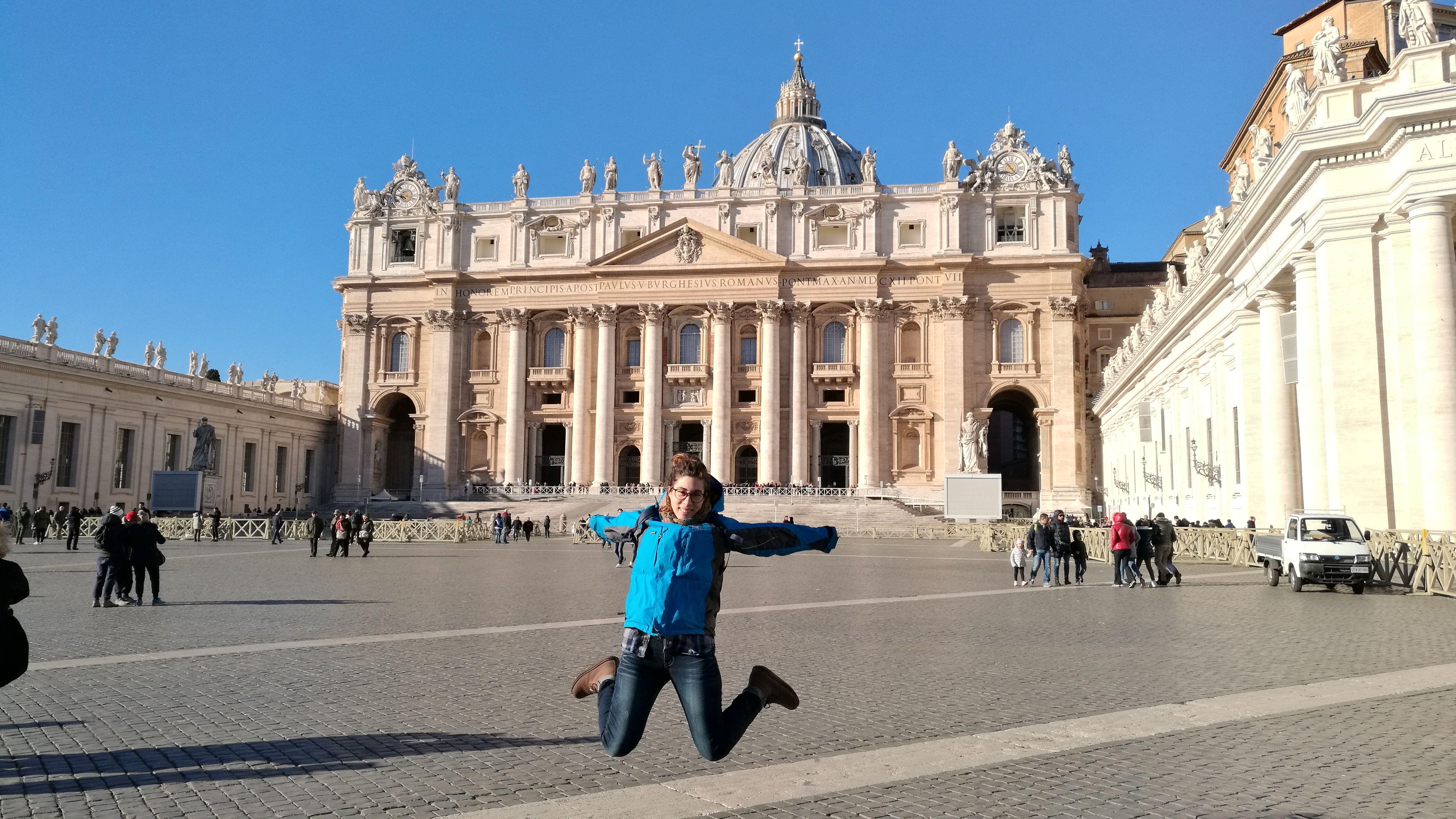Saltando frente a la basílica de San Pedro