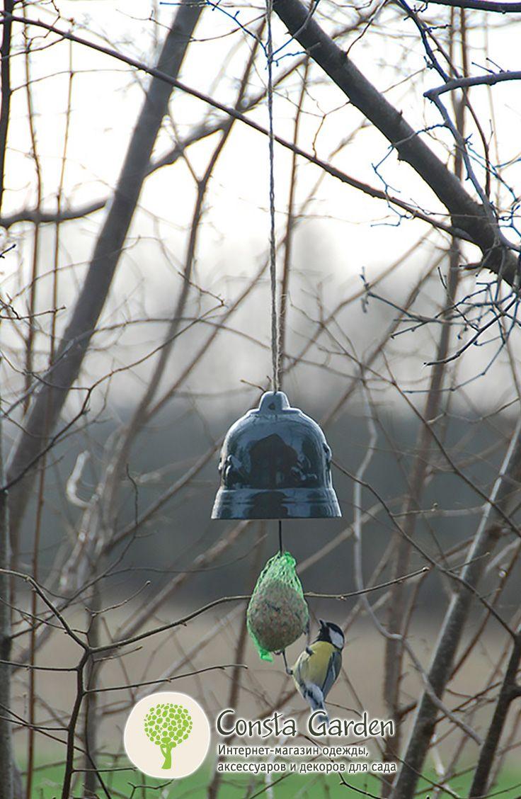 """Кормушка для птиц """"Колокольчик"""" Esschert Design.Оригинальный садовый декор – подвесная кормушка для птиц – колокольчик, выполнена из  керамики. Внутри колокольчика находится металлический крючок, к которому подвешивается  сеточка с кормом."""