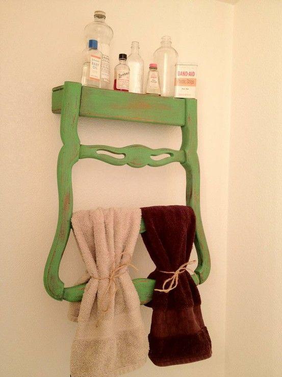 Cadeira antiga usada para pendurar toalhas e apoiar produtos de banheiro. Divertido e traz um charme extra pra sua casa.