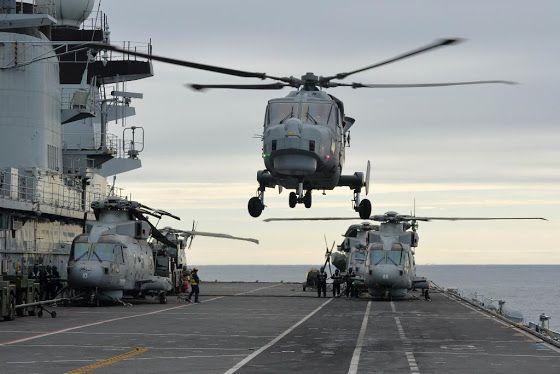 Uk s wildcat helicopter makes debut landing aboard hms for Porte helicoptere