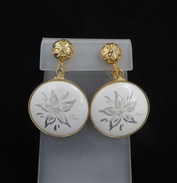 22352e73c47 Wonderful  Gift Idea! Vintage Gold Tone Clip-on Earrings with a Round  Plastic Flower Design Dangle. A round Gold Tone Etched Ball tops a round  Plastic ...