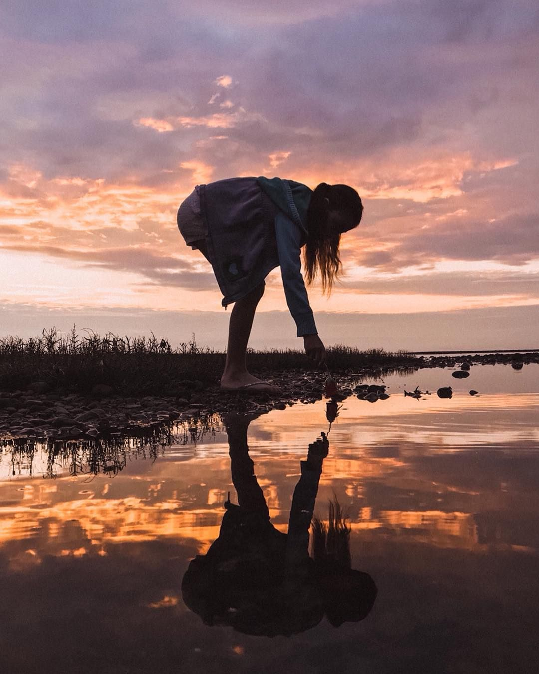 Click to see 5 Tips To Take Amazing Shots With Your iPhone! Photo Captured by Braided Brunette #reflectionphoto #sunset #iphonephotography #motherhood