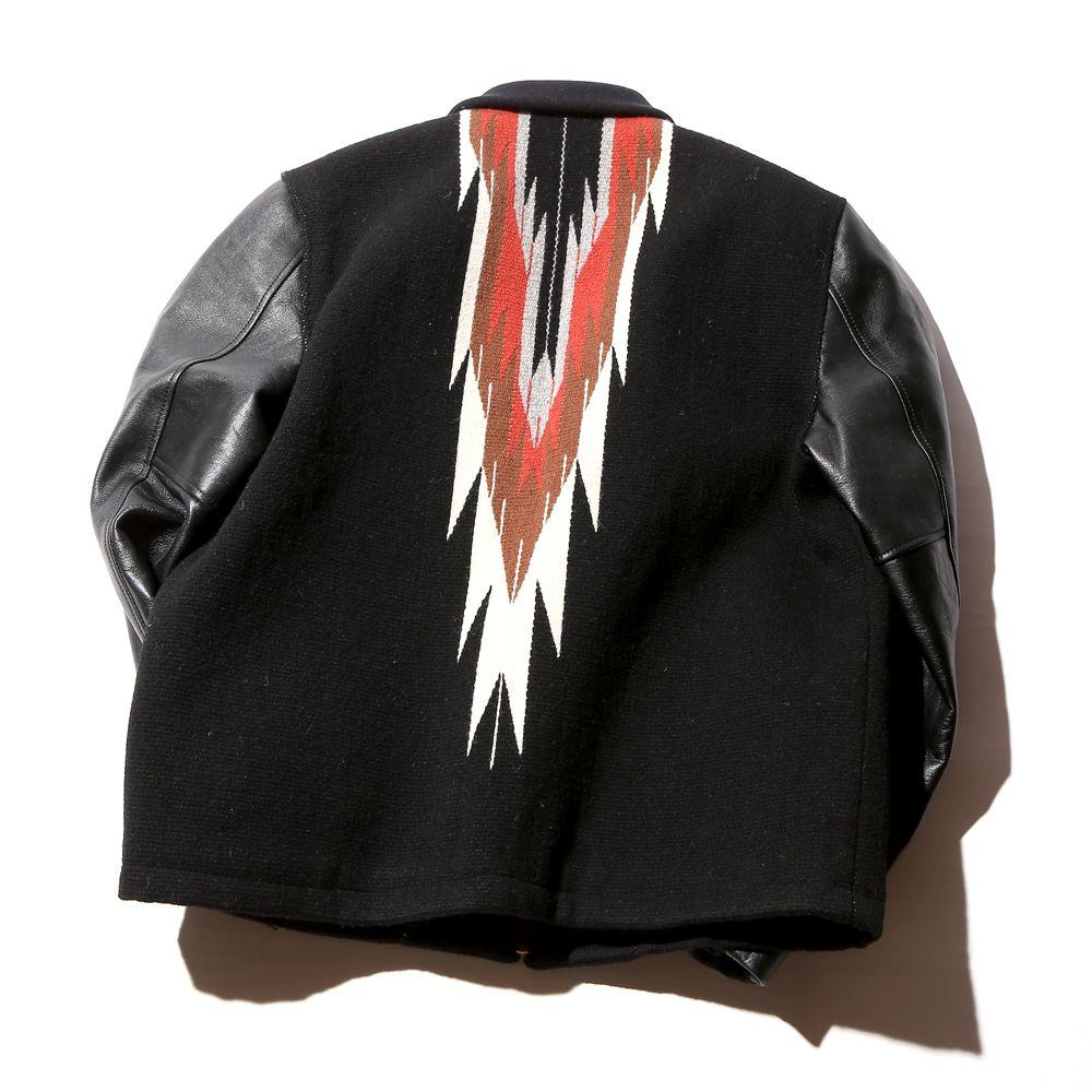 CALEE、CENTINELA、GOLDEN BEARのトリプルネームで作製されたジャケットになります。オリジナルで作製したチマヨラグを身頃で採用し、袖をレザーで切り返したオリジナルならではのジャケットに仕上がっております。裏地にもオリジナルのクラシックペイズリーをあしらったキルトを使用しており、細部にまで拘った作りとなっております。
