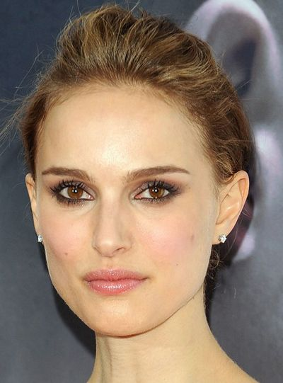 Natalie Portman S Low Bun Updo Hairstyle Front View Celebrity Makeup Looks Makeup For Brown Eyes Makeup For Green Eyes