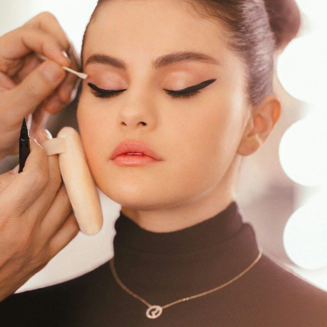Selena Gomez x rare beauty | Selena, Ideias de maquiagem, Cantores