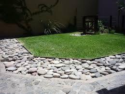 resultado de imagen para jardines pequeos con piedras de rio