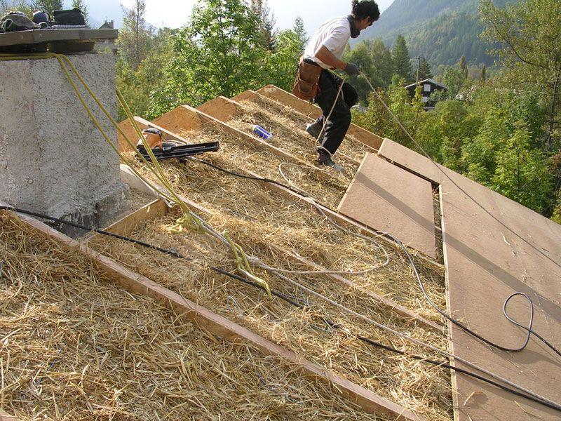 Tres Rapidement Et En Partie Simultanement Nous Posons Un Pare Pluie Rigide Pour Proteger La Paille Maison Ecologique Maison En Torchis Autoconstruction Maison