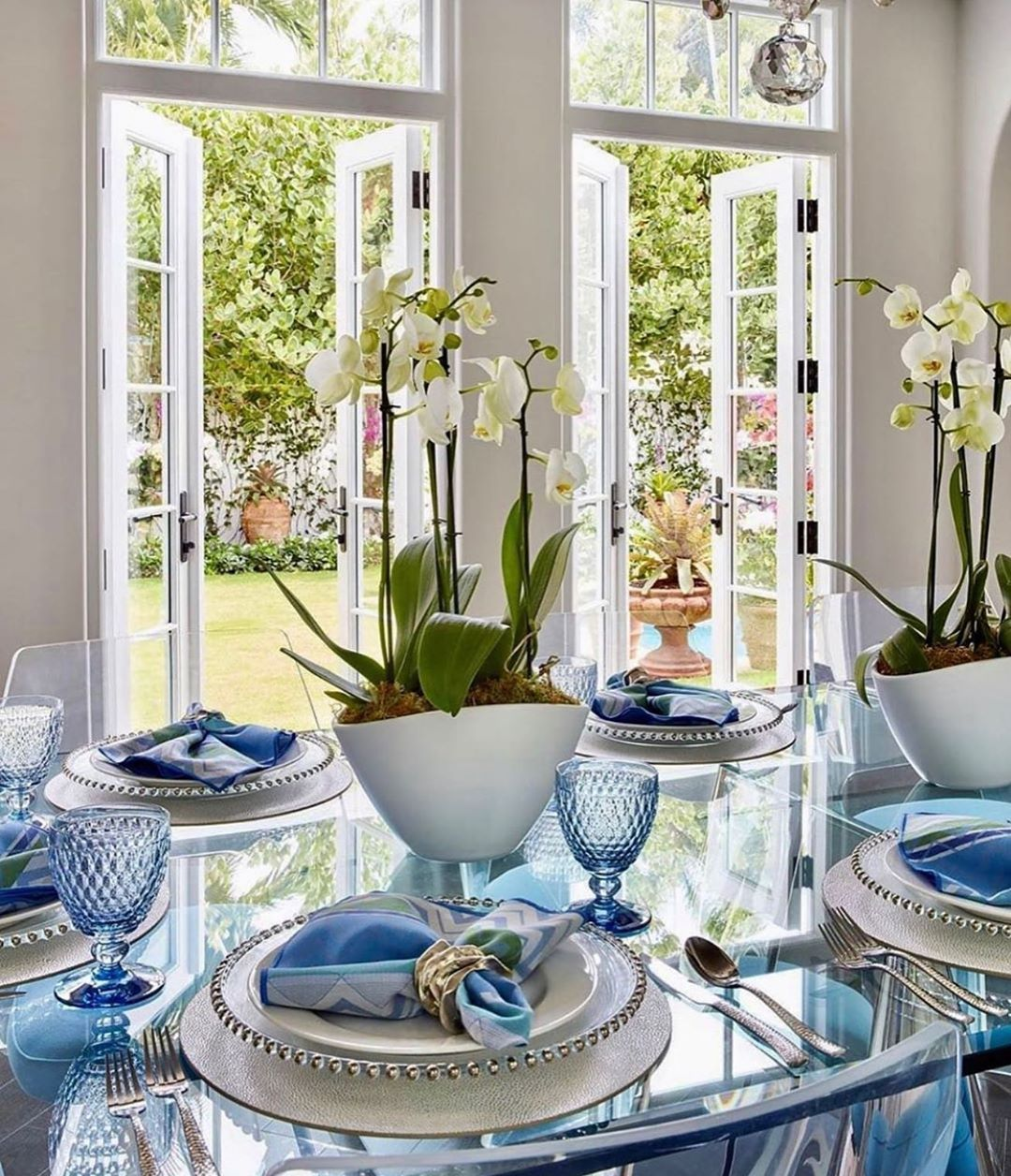 Looking forward to the weekend☀️Saturday safe! . . . #dinningtabletops #dinningtabletop #hostess #homedecor #tablesettingideas #sunshine #tablescapes #tablescapewednesday #inspohome