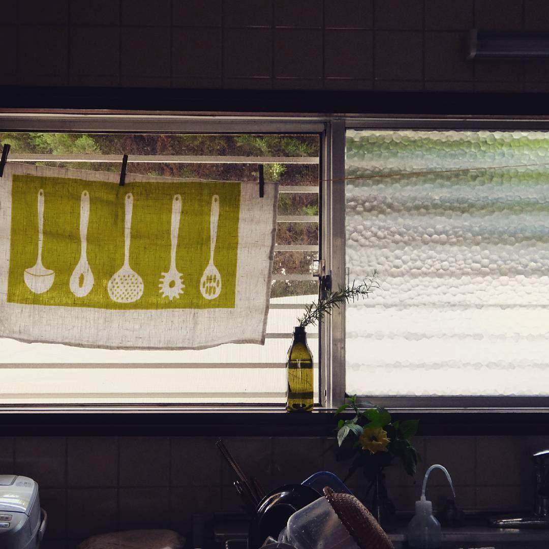 台所 夏仕様になりました 窓を開けたら ちらっと道が見えるから カーテン代わりにキッチンタオルを麻ひもに洗濯バサミでとめてます 水切りカゴがいつもながらてんこ盛り 平屋暮らし 平屋 台所 キッチンというより台所 築40年 カフェカーテン代わり