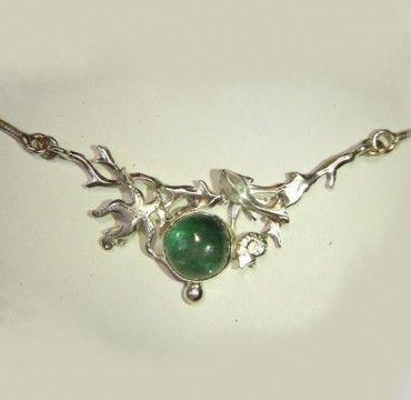 Collier aus 925er Silber mit einem blau-grünen Turmalin und kleinen Meerestieren.   Breite Mittelstück 4cm.  Durchmesser Stein 8mm.   Länge des Colliers 45cm.     EINZELSTÜCK!