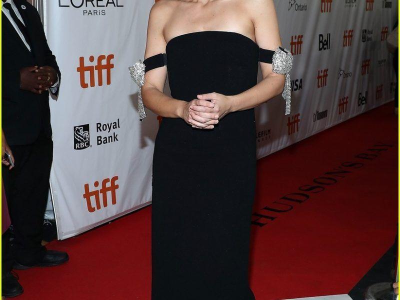 مهرجان تورنتو الدولي السينمائي يبدأ بفيلم The Kindergarten Teacher للنجمة ماجى جيلينهال Fashion Strapless Dress Dresses