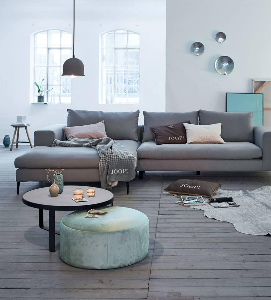 Bild Könnte Enthalten Personen Die Sitzen Wohnzimmer Tisch Und Innenbereich Home Decor Living Room Designs Interior Design Furniture