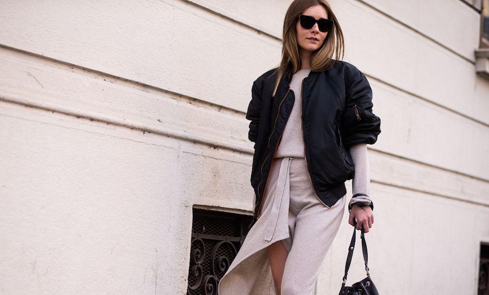 Casaco bomber e vestido em malha . Visite o SimplesModa, um blog e revista de moda em Português.
