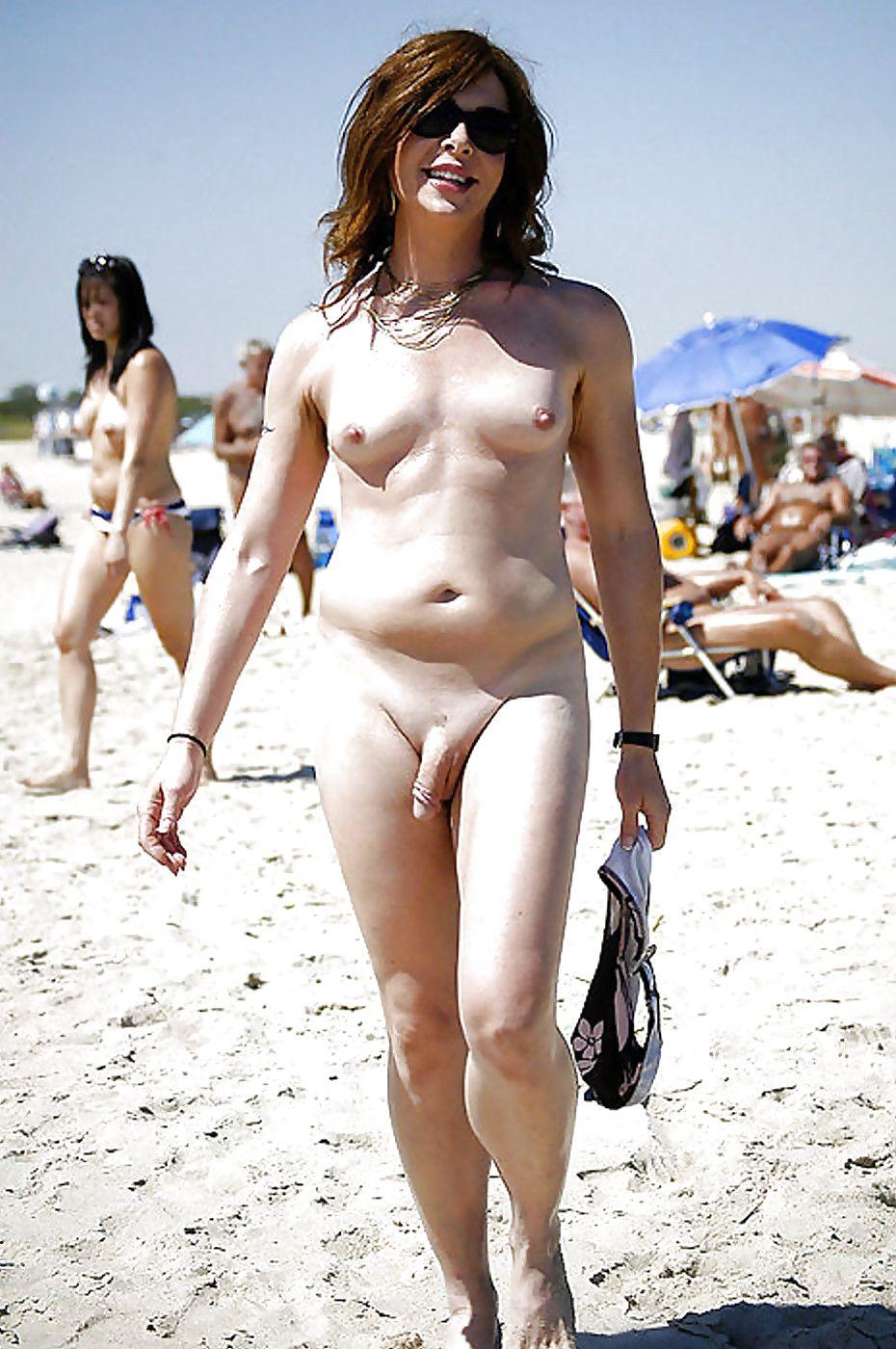 Трансексуалы на нудистском пляже