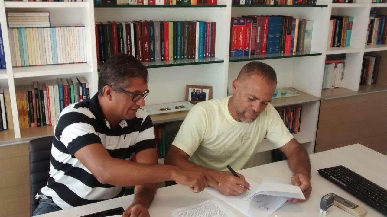 Ronaldo Freire Andrade e João Manoel Xavier no momento da assinatura do acordo judicial