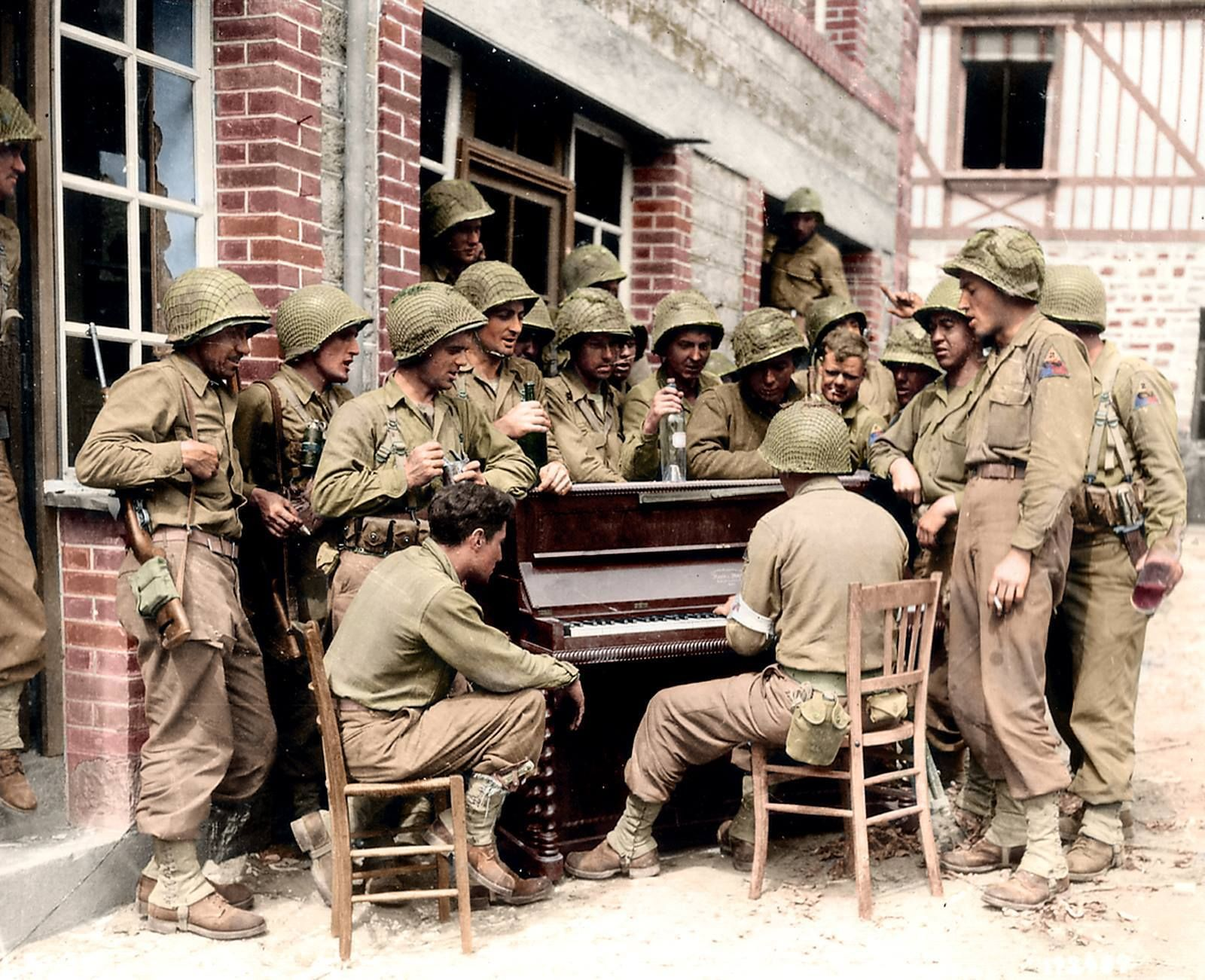 A Group Of Men From The 17th Armored Engineer Battalion Gather Round A Piano For A Sing A Long 10th Of August 1944 1600x1301 Histoire Militaire 2eme Guerre Mondiale Guerre Mondiale