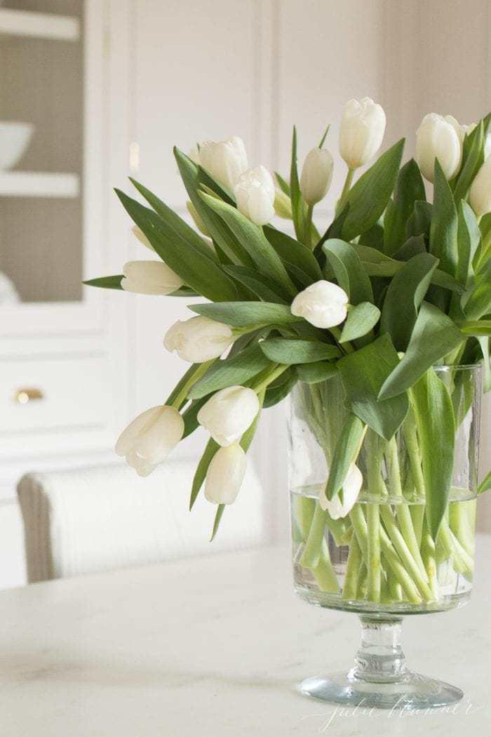 How To Arrange Tulips The Easiest Easter Centerpiece Centerpiece Entertaining East Easter Flower Arrangements Spring Flower Arrangements Tulips Arrangement