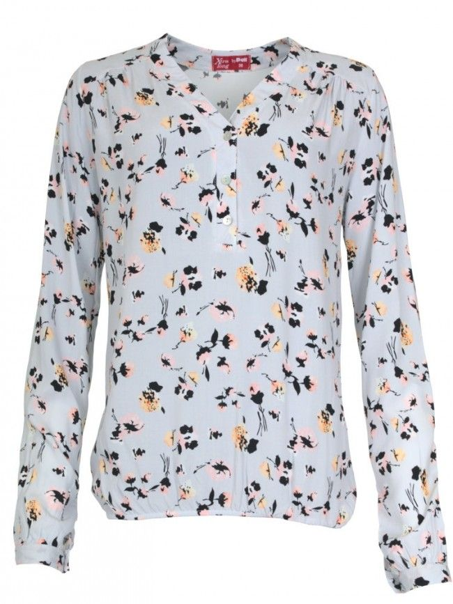 Unsere Floral-Print Bluse mit extra langer Rumpflänge und 72cm langen Ärmeln ist leicht fließend geschnitten und zeichnet sich durch eine kurze Knopfleiste, Gummibund-Saumkante und Krempelfunktion aus. #tallfashion #tall #tallgirls #extralang #bluse #floralprint #tallwomanfashion