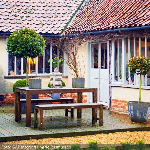 Holztisch und sitzb nke auf der hellen terrasse garten pinterest holztisch couch und terrasse - Holztisch terrasse ...