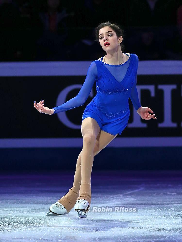 青い大人びた衣装のメドベージェワ