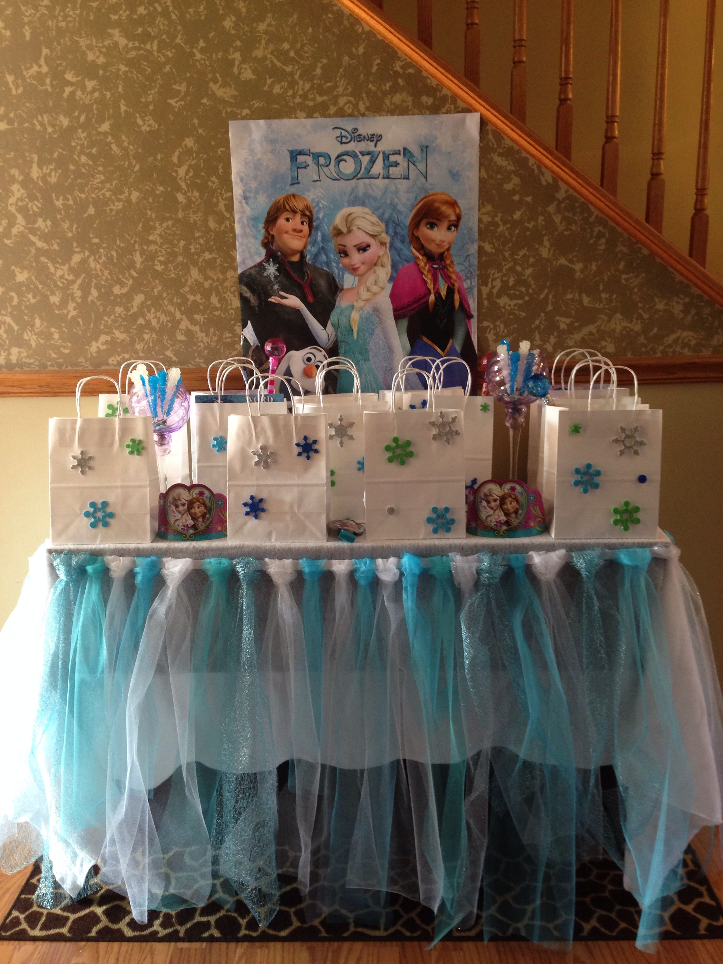 My 4 Year Old Daughters Frozen Bday Party Was A Blast The Tulle Table Skirt Her Matching Tutu And Treat Bags Took Forever To Complete