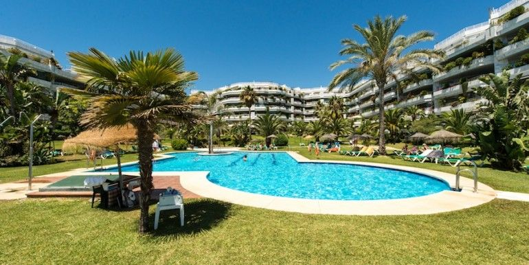 Stylish apartment located in beachfront and open to the sea, in a complex of luxury in the heart of the golden mile of Marbella.