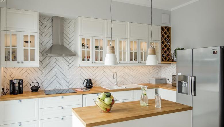 Biala Kuchnia W Stylu Skandynawskim Motyw Jodelki Na Scianie Galerie Foto Urzadzamy Pl Small Apartment Kitchen Kitchen Interior Kitchen Design