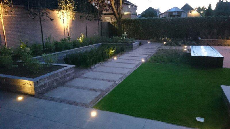 Een mooie tuin door gebruik van materialen door elkaar een groot