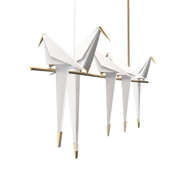 Perch Light è una lampada a sospensione progettata da Umut Yamac per Moooi.Perch Light è una collezione di lampade a sospensione, da tavolo, da parete e da terra; con un design originale che ricordano degli uccelli, di deverse dimensioni, posti su un ramo; una figura che esprime serenità e tranquillità. La luce emessa da Perch Light è calda e accogliente; perfetta per creare una atmosfera rilassante. Gli uccelli in perfetto equilibrio possono oscillare quando vengono toccati. Perch Light a…