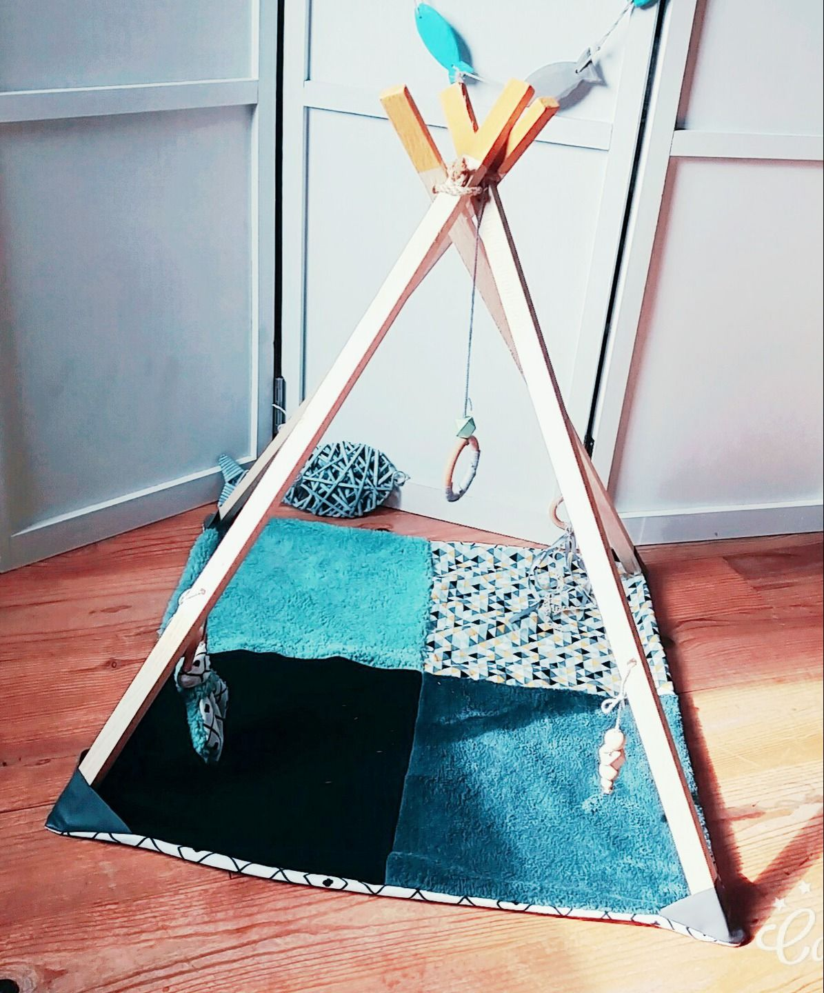 tapis d 39 veil pour b b en bois et tissu en forme de tipi jeux peluches doudous par. Black Bedroom Furniture Sets. Home Design Ideas