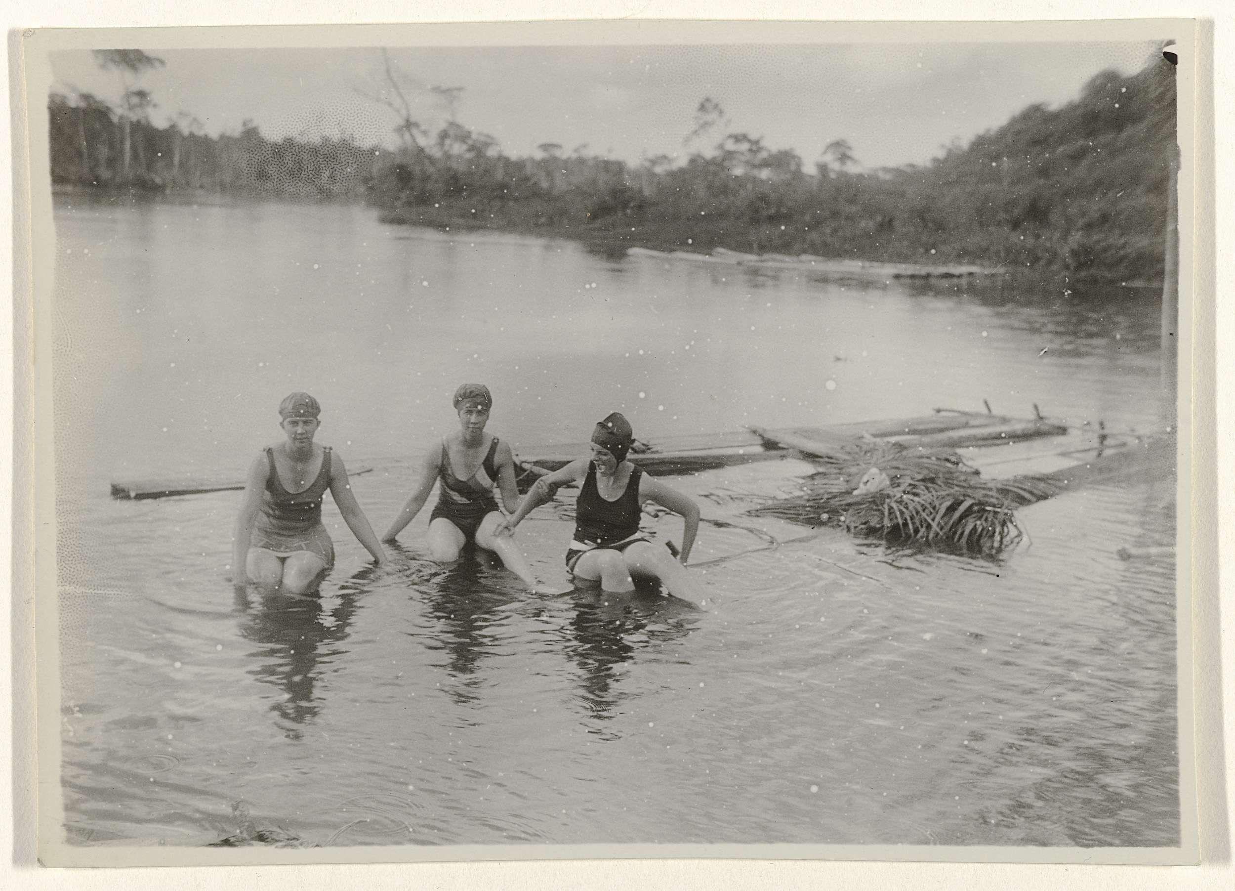 Anonymous | Drie vrouwen badderen in de rivier, Anonymous, 1930 |
