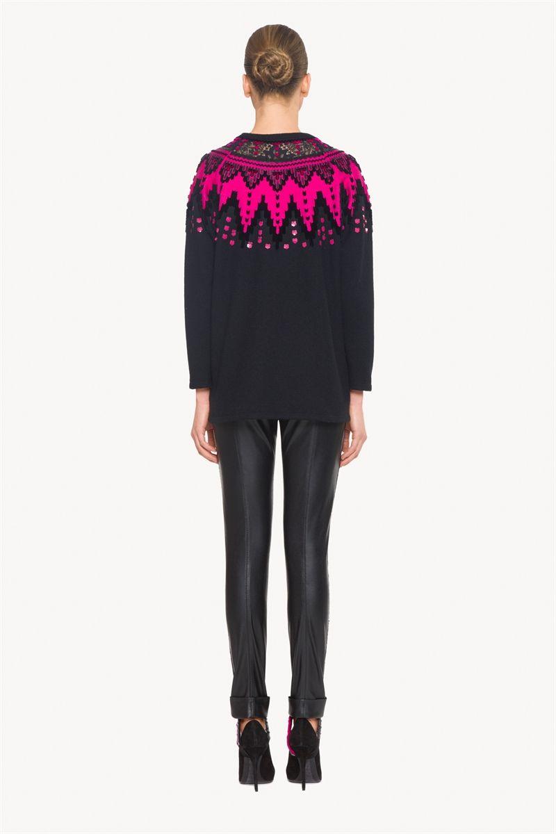 Las líneas esenciales de este jersey de manga larga de preciosa pashmina resultan únicas gracias a los bordados y aplicaciones en contraste, que aportan color y vitalidad al escote.<br><br>Nueva colección