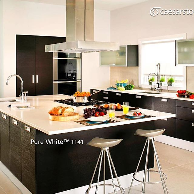 Minimalista isla de cocina con superficie de cuarzo Pure White™, los ...