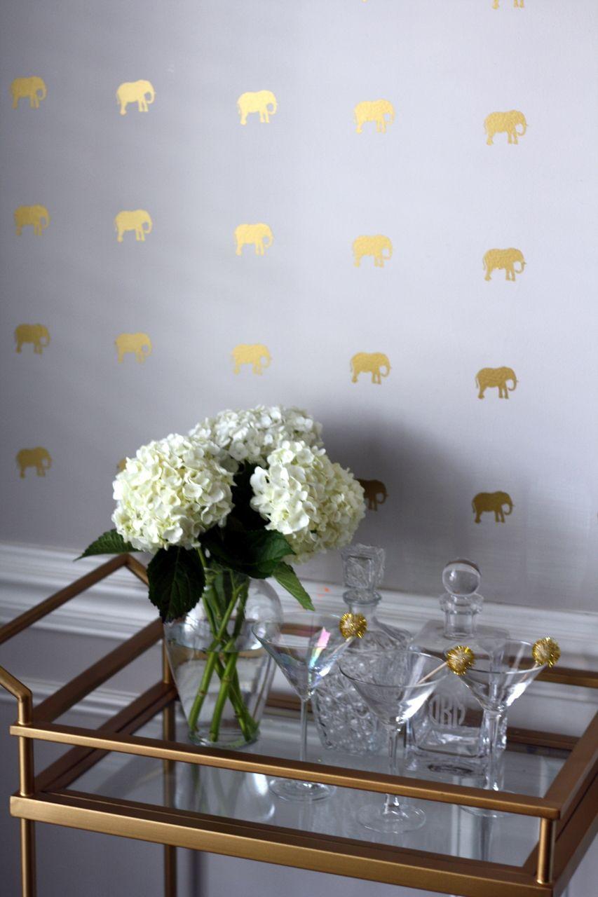 parede decorada com adesivos de elefantinhos dourados, bem diferente