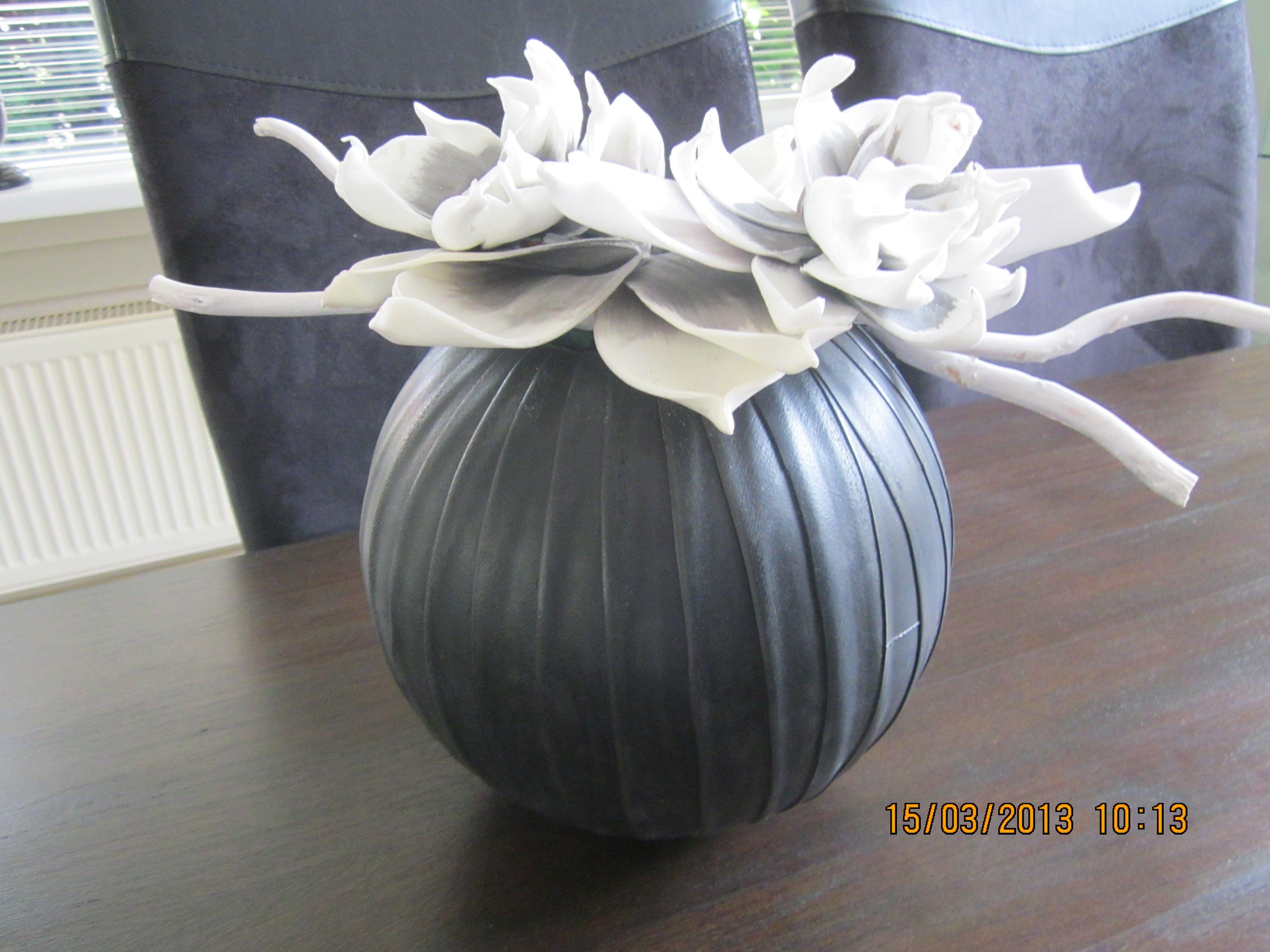 Gemaakt van een piepschuimbal groot er om heen fiets binnenband halveren met foam bloemen my - Decoratie schotel ...