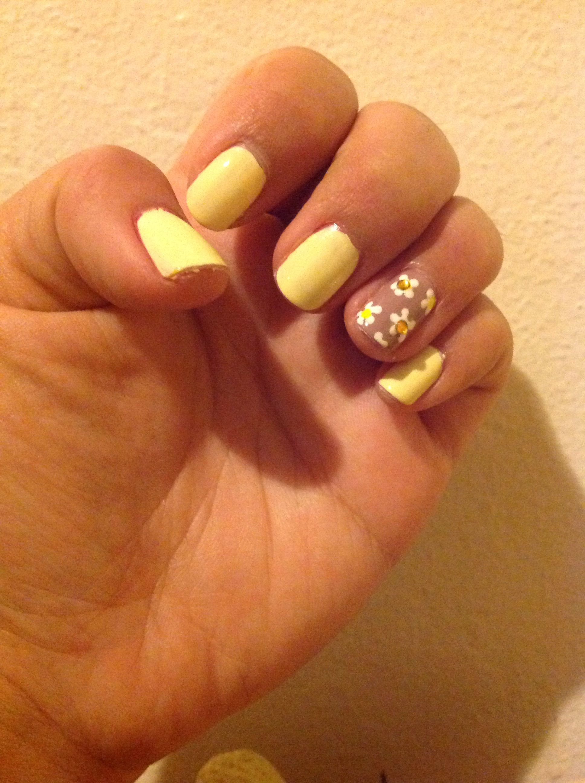 Pastel Yellow Nail And Daisy Accent