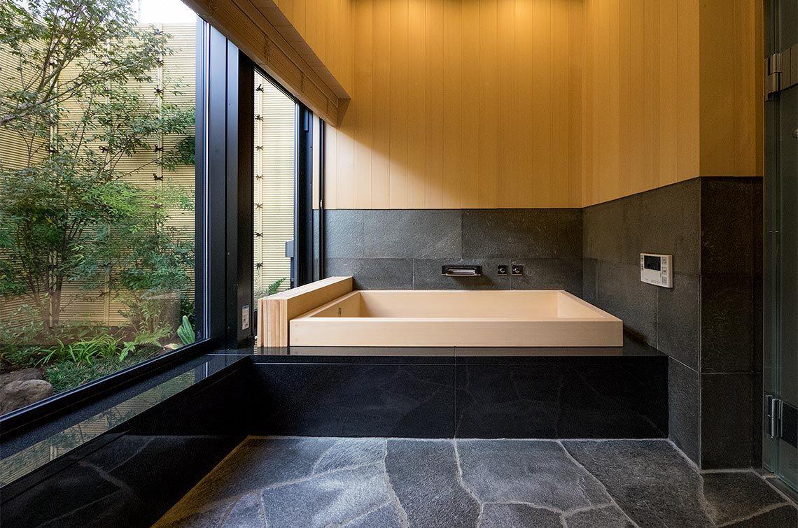 和風庭園を設えたバスルームは温泉旅館のよう 高級住宅 バス
